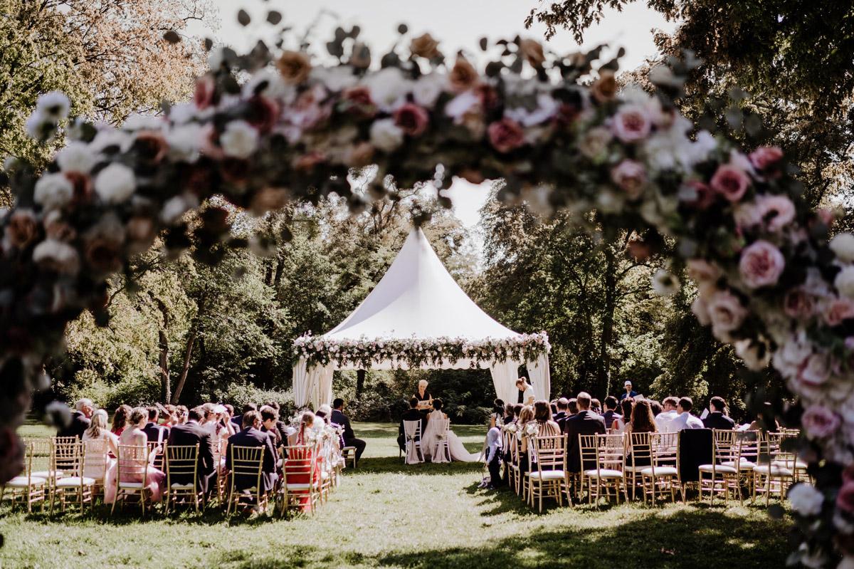 Vintage Hochzeit mit freier Trauung auf Schloss Kartzow von vintage Hochzeitsfotografin aus Berlin #hochzeitslicht © www.hochzeitslicht.de