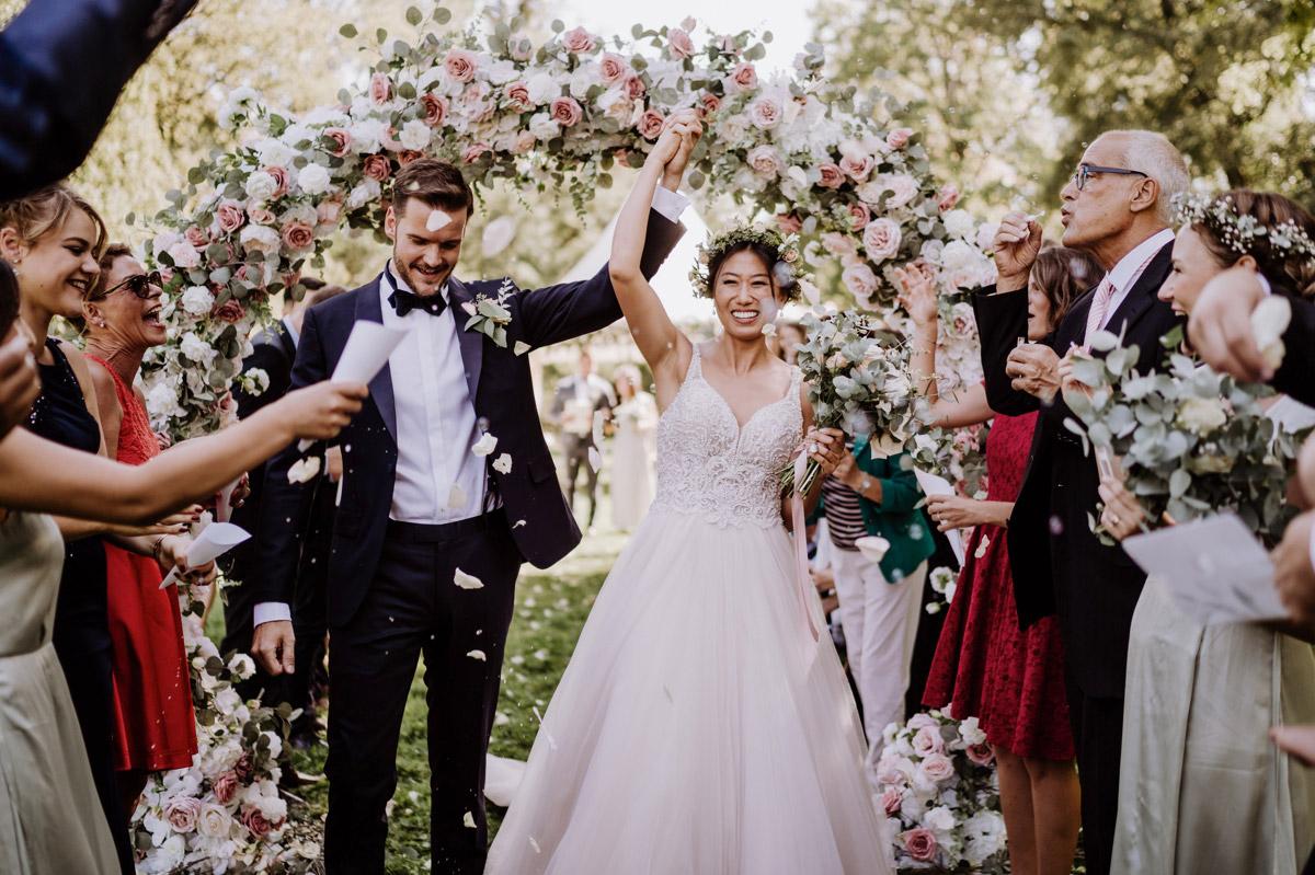 Idee Hochzeitsfoto Auszug Brautpaar freie Trauung - Hochzeitsdeko vintage mit koreanischer freier Trauung auf Schloss Kartzow von vintage Hochzeitsfotografin aus Berlin #hochzeitslicht © www.hochzeitslicht.de