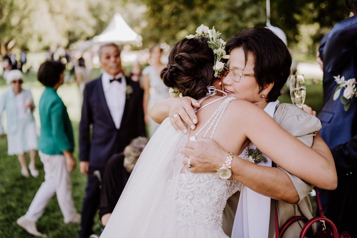 Gratulation Gäste - Vintage Hochzeit mit koreanischer freier Trauung auf Schloss Kartzow von vintage Hochzeitsfotografin aus Berlin #hochzeitslicht © www.hochzeitslicht.de