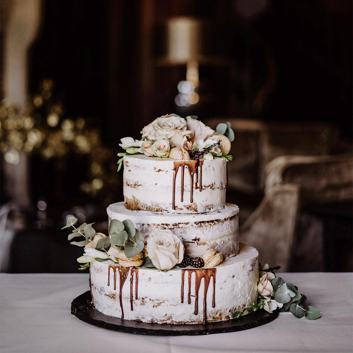 vintage Hochzeitstorte ohne Fondant in Weiß fall-drip naked wedding cake; schöne Hochzeitsdeko auf Schloss Kartzow von vintage Hochzeitsfotografin aus Berlin #hochzeitslicht © www.hochzeitslicht.de