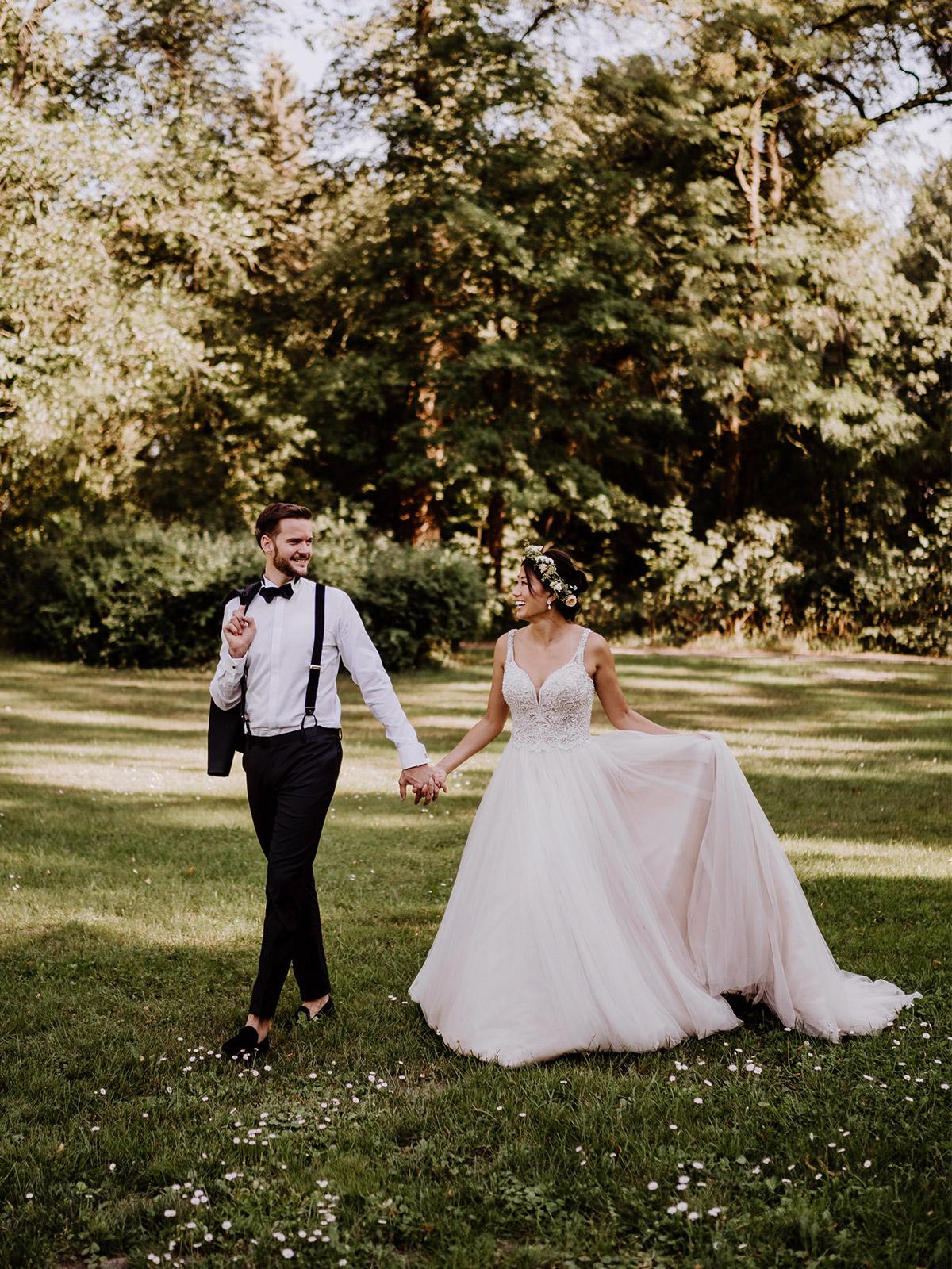 Ideen Hochzeitsfotos #Brautpaar läuft Hand in Hand auf Wiese für natürliche #Hochzeitspaar Fotos im Park vom Schloss Kartzow von vintage Hochzeitsfotografin aus Berlin #hochzeitslicht © www.hochzeitslicht.de