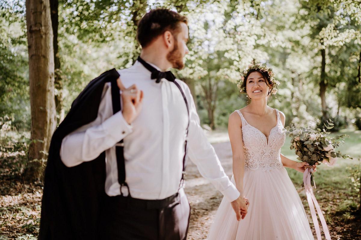 Fotoshooting Hochzeit Park - Hochzeit vintage mit koreanischer freier Trauung auf Schloss Kartzow von vintage Hochzeitsfotografin aus Berlin #hochzeitslicht © www.hochzeitslicht.de