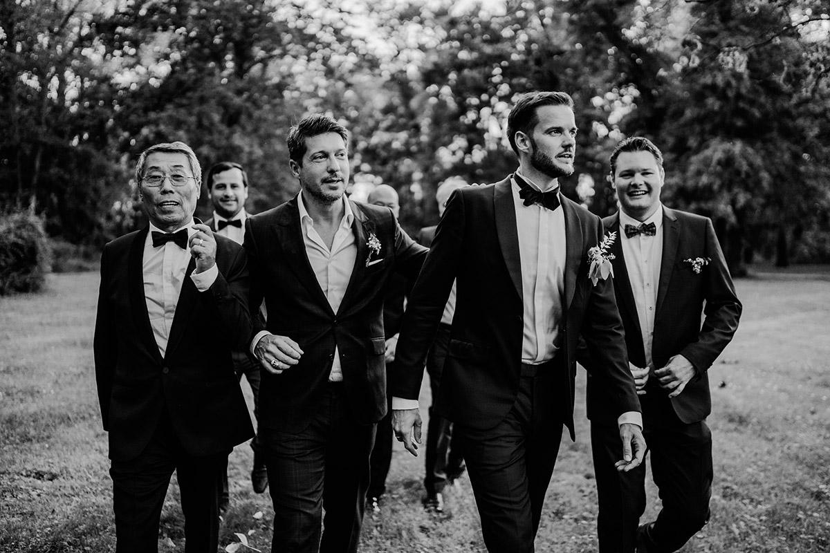 Idee Gruppenfoto Bräutigam mit Freunden - Hochzeit Schloss Kartzow von vintage Hochzeitsfotografin aus Berlin #hochzeitslicht © www.hochzeitslicht.de