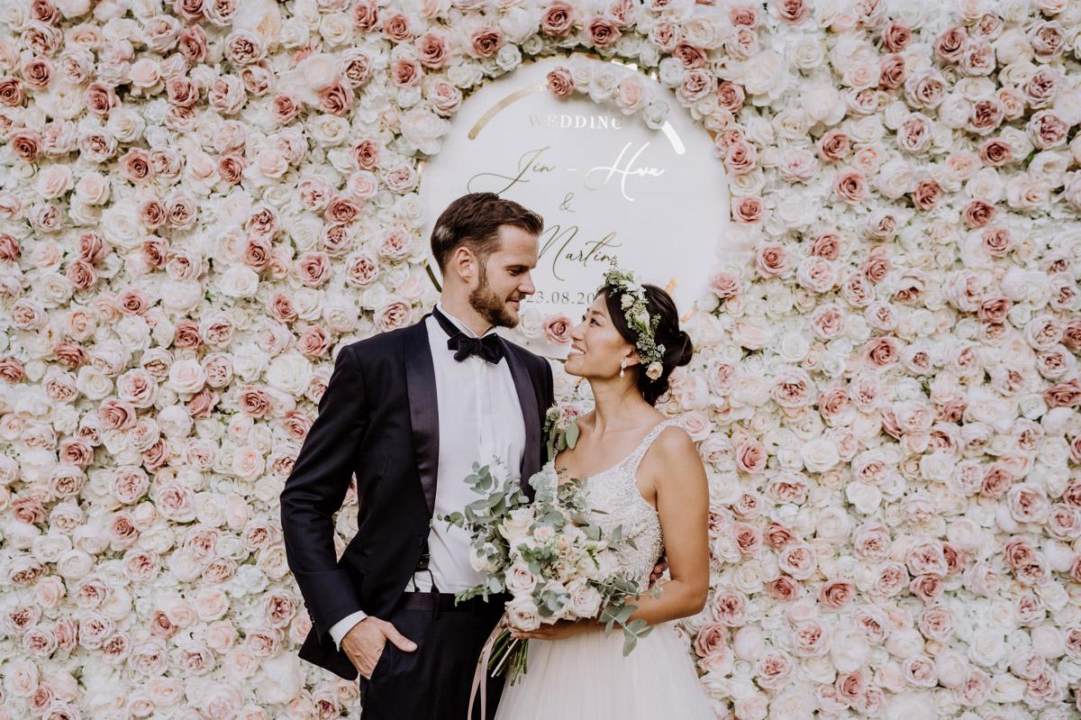 Idee Fotowand Flower Wall Hochzeit - Hochzeitsdeko vintage mit koreanischer freier Trauung auf Schloss Kartzow von vintage Hochzeitsfotografin aus Berlin #hochzeitslicht © www.hochzeitslicht.de