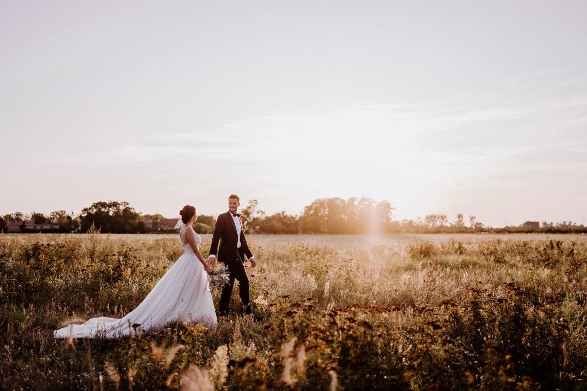 Idee Hochzeitsfoto Sonnenuntergang - deutsch-koreanische Hochzeit auf Schloss Kartzow von vintage Hochzeitsfotografin aus Berlin #hochzeitslicht © www.hochzeitslicht.de