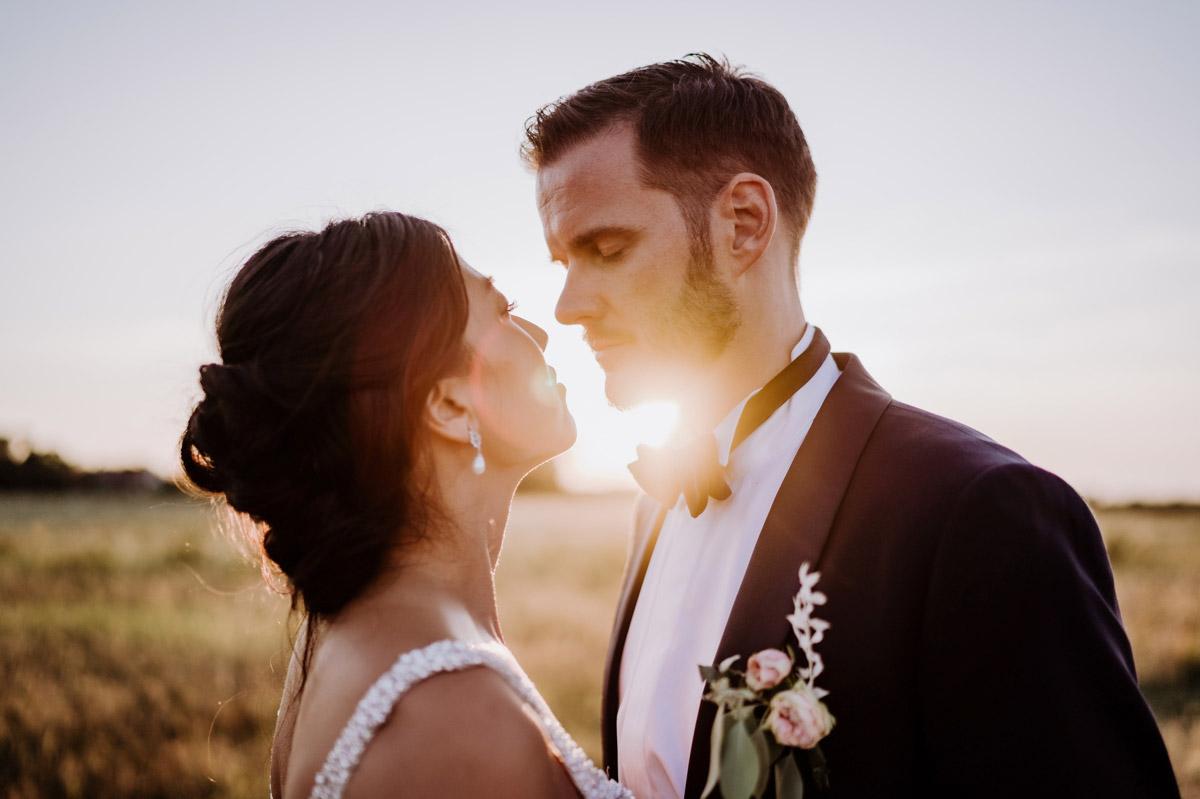 Idee Fotoshooting Hochzeit Sonnenuntergang - deutsch-koreanische Hochzeit auf Schloss Kartzow von vintage Hochzeitsfotografin aus Berlin #hochzeitslicht © www.hochzeitslicht.de