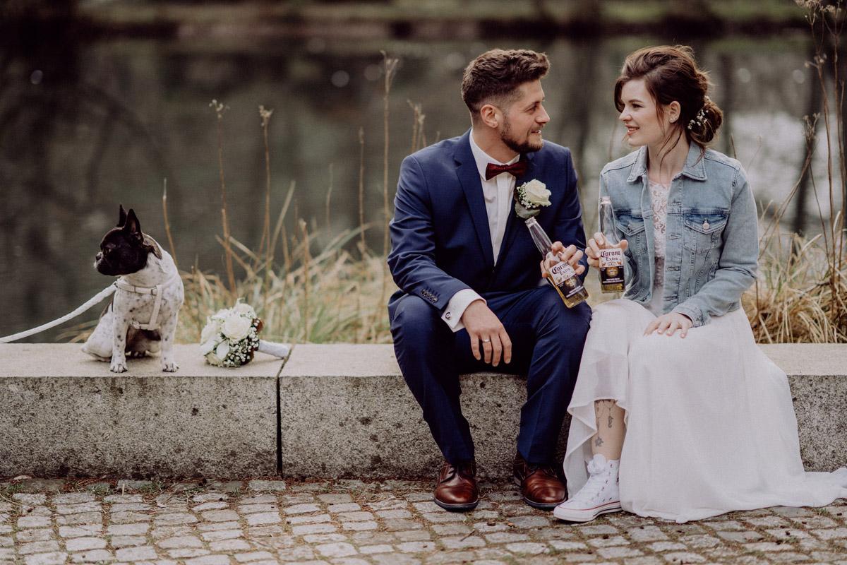 Hochzeitsfoto Brautpaar mit Hund - Corona Hochzeit in Standesamt Kirche Bad Belzig und Springbachmühle von vintage Hochzeitsfotografin aus Berlin #hochzeitslicht © www.hochzeitslicht.de kleine Hochzeit bzw. Small-, Intimate-, Tiny-, Micro-Wedding
