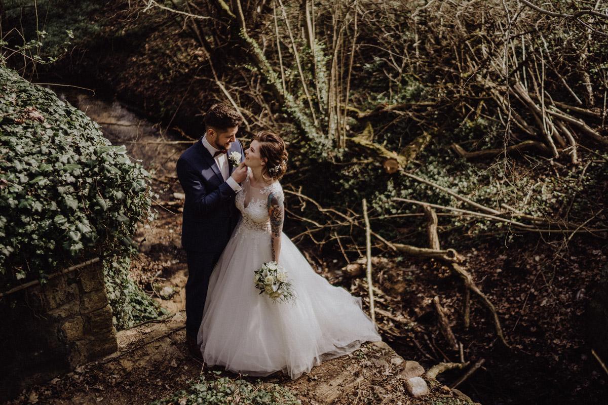Idee Pose Hochzeitsfoto - Corona Hochzeit in Standesamt Kirche Bad Belzig und Springbachmühle von vintage Hochzeitsfotografin aus Berlin #hochzeitslicht © www.hochzeitslicht.de kleine Hochzeit bzw. Small-, Intimate-, Tiny-, Micro-Wedding