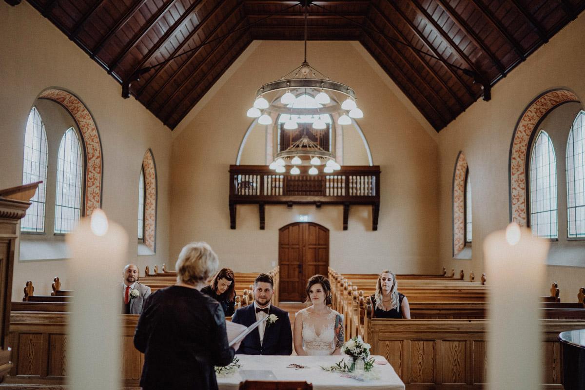intime Corona Hochzeit in Standesamt Kirche Bad Belzig und Springbachmühle von vintage Hochzeitsfotografin aus Berlin #hochzeitslicht © www.hochzeitslicht.de kleine Hochzeit bzw. Small-, Intimate-, Tiny-, Micro-Wedding