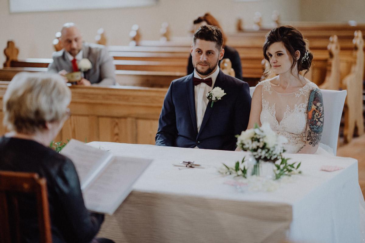 Braut mit Tattoo - Corona Hochzeit in Standesamt Kirche Bad Belzig und Springbachmühle von vintage Hochzeitsfotografin aus Berlin #hochzeitslicht © www.hochzeitslicht.de kleine Hochzeit bzw. Small-, Intimate-, Tiny-, Micro-Wedding