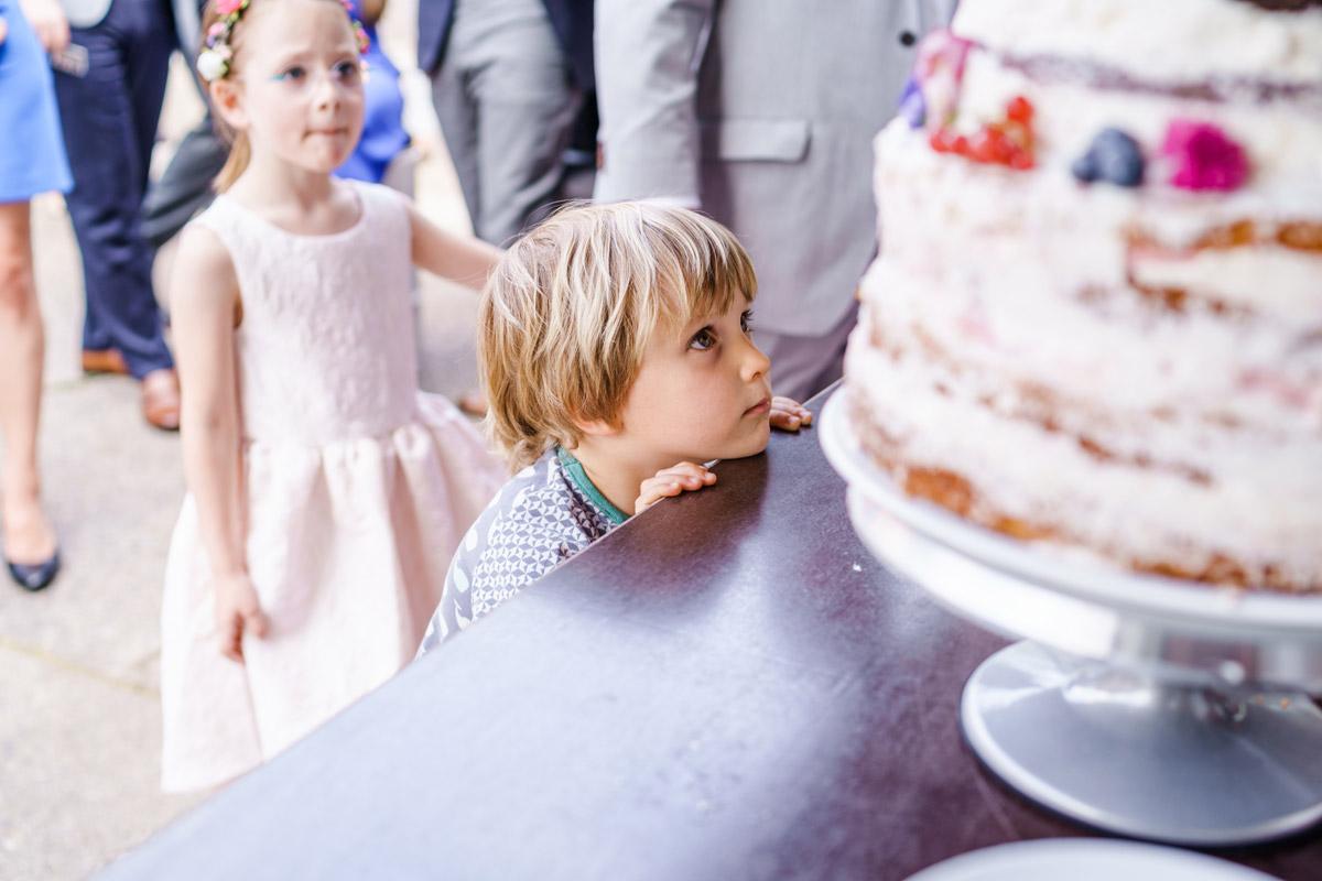 vintage DIY-Hochzeitstorte: Wer liebt keine Torte zur Hochzeit? Naked Cake schlicht mit Blumen ist eine tolle Hochzeitskuchen Inspiration - Aber Vorsicht: Nicht den Kühlschrank plündern. #weddingcake auf vintage Hochzeit in Berlin - Hochzeitsfoto von #hochzeitslicht © www.hochzeitslicht.de