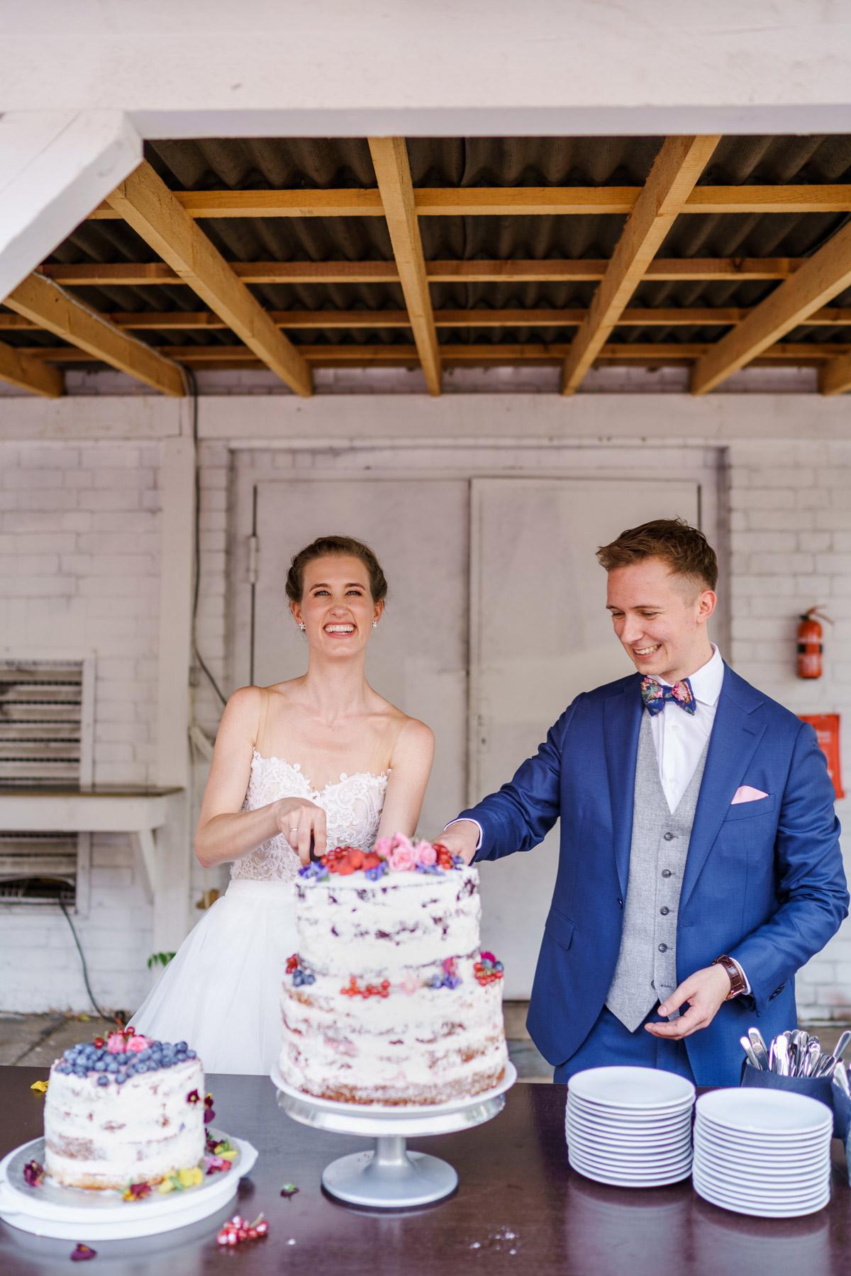 Idee vintage DIY-Hochzeitstorte: Wer liebt keine Torte zur Hochzeit? Naked Cake schlicht mit Blumen ist eine tolle Hochzeitskuchen Inspiration - Aber Vorsicht: Nicht den Kühlschrank plündern. #weddingcake auf vintage Hochzeit in Berlin - Hochzeitsfoto von #hochzeitslicht © www.hochzeitslicht.de Hochzeitsfoto Anschneiden Hochzeitstorte
