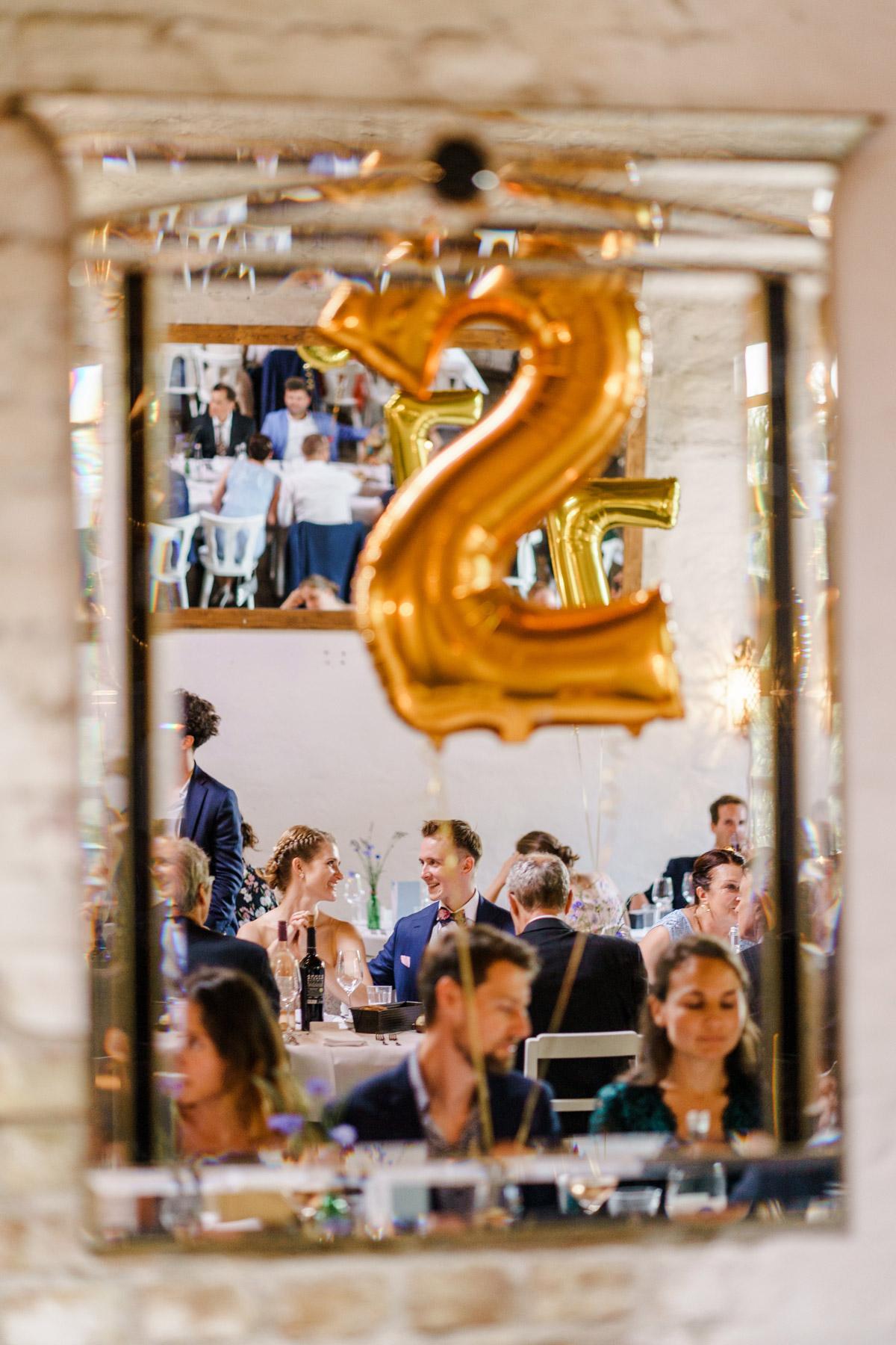 Tischdeko edel und schlicht: für glückliche Gäste im Saal viele Hochzeitsdeko Ideen in Roségold und Gold; lange weiße Tische und große goldene Heliumballons als Tischnummern; schlichte HOchzeitsblumen #weddingtabledecor auf vintage Hochzeit in Berlin - so schön kann Heiraten mit freier Trauung nach dem Standesamt in der Hochzeitslocation Von Greifswald sein - Hochzeitsfotos von #hochzeitslicht © www.hochzeitslicht.de