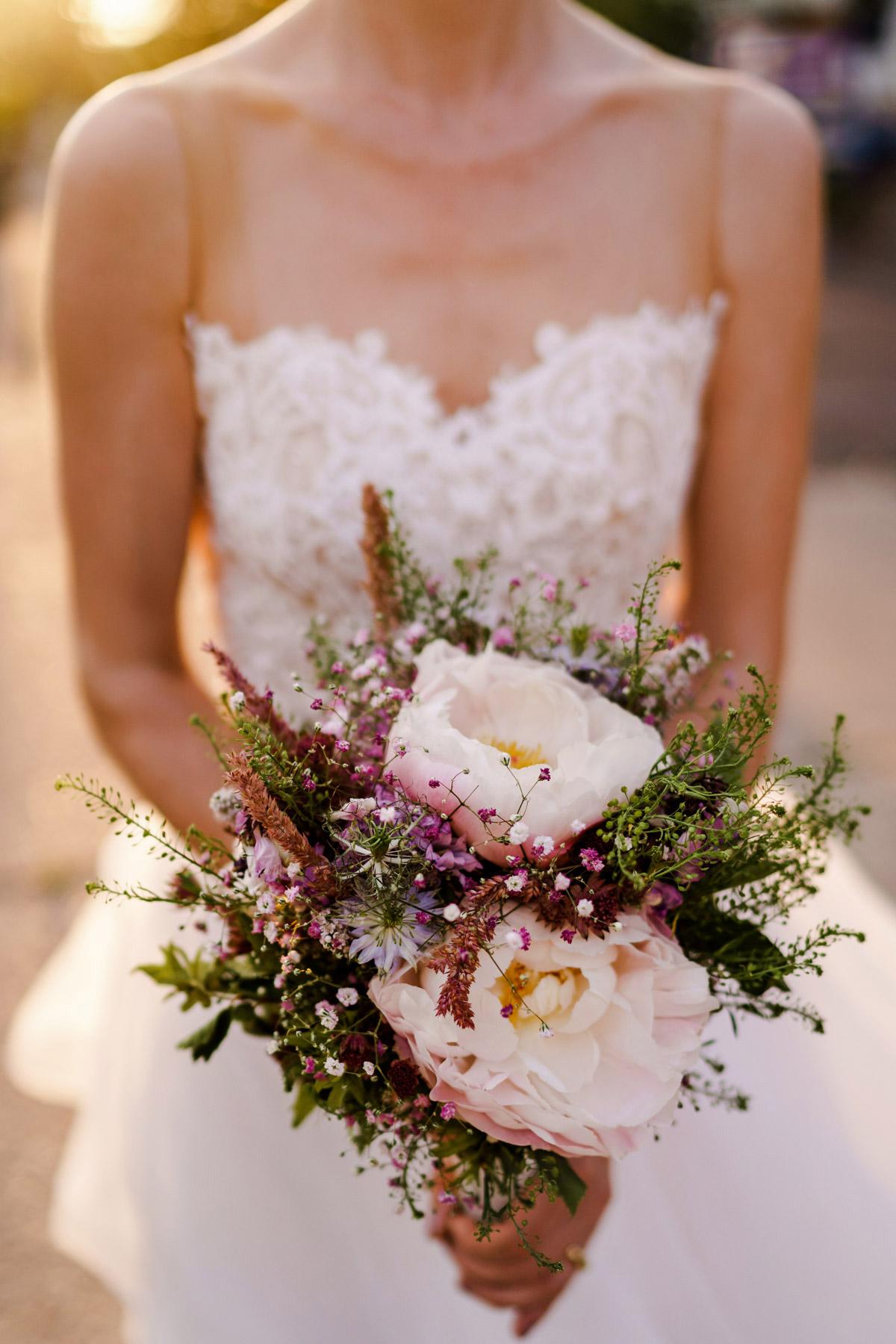 Pfingstrosen zur Hochzeit: Perfekter Brautstrauß zum Standesamt - romantisch mit rosafarbenen Pfingstrosen und locker, modern durch Wildblumen in Rosa, Pink und Blau. #vintage #hochzeitsblumen #brautstrauß in runder Form auf vintage Hochzeit in Berlin - Hochzeitsfotos von #hochzeitslicht © www.hochzeitslicht.dein #bridalbouquet #weddingflowers #peonies