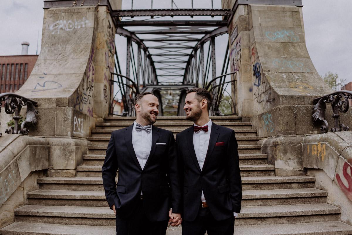 Villa Kogge Standesamt Berlin urbane homo Hochzeit Fotoshooting von Hochzeitsfotograf © www.hochzeitslicht.de #hochzeitslicht #gleichgeschlechtlich #homo #hochzeit #männer #schwul #gaywedding #urban gay wedding photos grooms, gay wedding outfit mens fashion Keyword Fotodatei: homo-Hochzeit