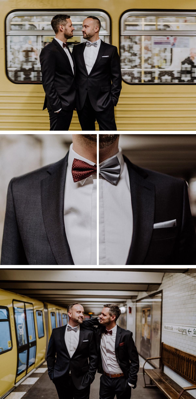 Homo Männer Hochzeit: urbane Foto Idee Portraits Bräutigame vor U-Bahn; Kombination Fliegen in Weinrot und Silber #gaywedding outfit mens fashion; Villa Kogge Standesamt Berlin Fotoshooting von Hochzeitsfotograf © www.hochzeitslicht.de #hochzeitslicht #gleichgeschlechtlich #homosexuell #schwul #urban #gay #weddingphotos #grooms