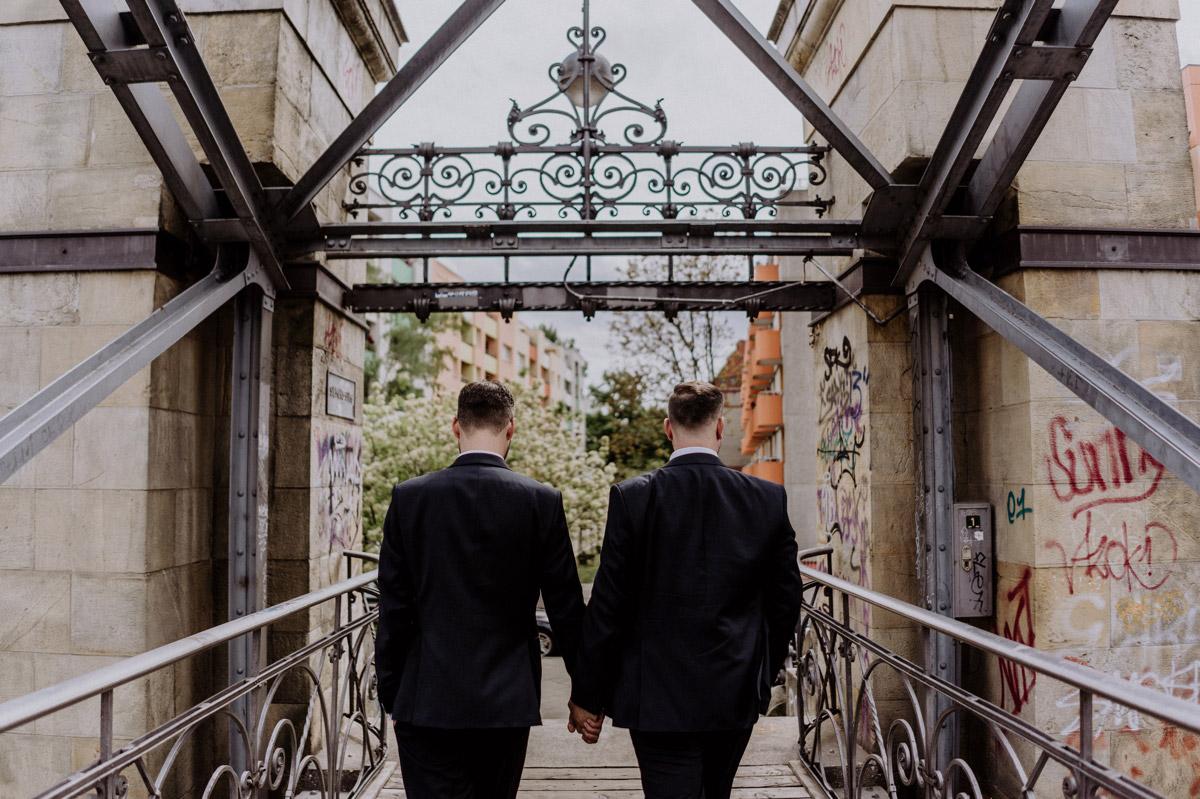 Männer Paar auf Brücke: gleichgeschlechtliche Hochzeit - homosexuelle, schwule Bräutigame heiraten in Villa Kogge Standesamt Berlin; Ideen für urbane homo Hochzeitsfotos von #hochzeitslicht Hochzeitsfotograf © www.hochzeitslicht.de #gaywedding #grooms #samesex #homoehe
