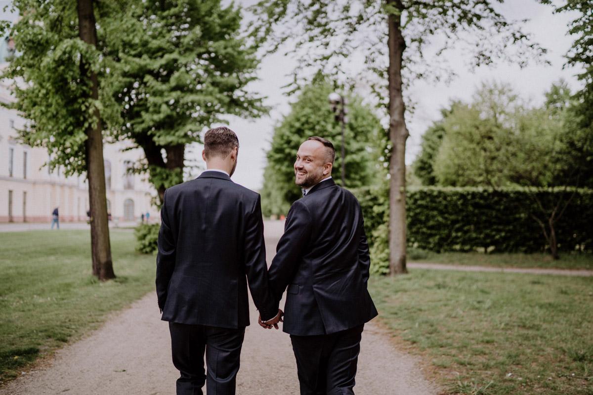 Fotoshooting #gleichgeschlechtlich nach Standesamt Villa Kogge in Natur in Park; Ideen für urbane schwule Hochzeitsfotos von #hochzeitslicht Hochzeitsfotograf Berlin © www.hochzeitslicht.de #gaywedding #grooms #samesex #homoehe #gayweddingphoto #wedding
