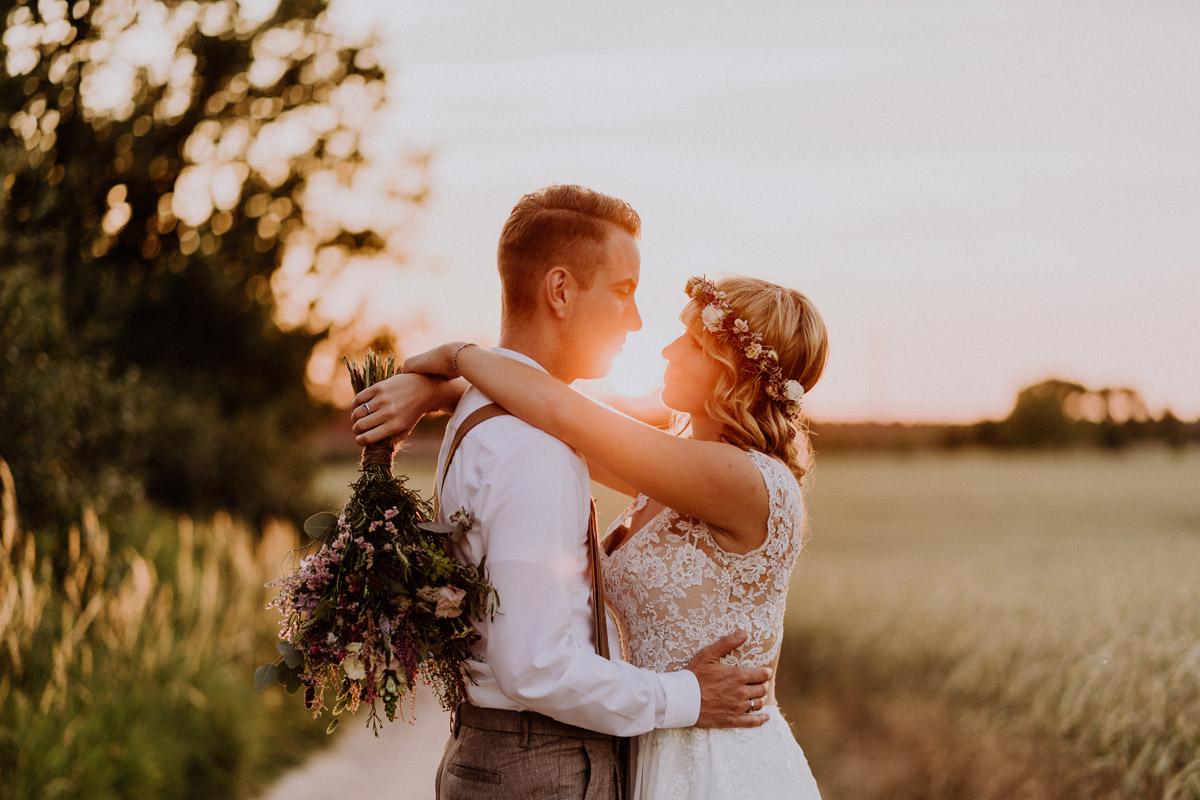 Fotoshooting Sonnenuntergang - vintage Hochzeit in Scheune mit Garten in Brandenburg Ferienscheune Barnimer Feldmark von Hochzeitsfotograf aus Berlin #hochzeitslicht © www.hochzeitslicht.de