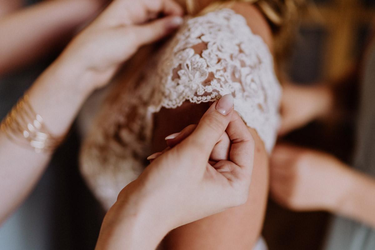 Idee Hochzeitsfoto Anziehen Brautkleid - vintage Hochzeit in Scheune mit Garten in Brandenburg Ferienscheune Barnimer Feldmark von Hochzeitsfotograf aus Berlin #hochzeitslicht © www.hochzeitslicht.de