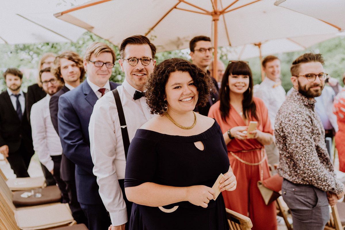 freie Trauung Garten - vintage Hochzeit in Scheune mit Garten in Brandenburg Ferienscheune Barnimer Feldmark von Hochzeitsfotograf aus Berlin #hochzeitslicht © www.hochzeitslicht.de