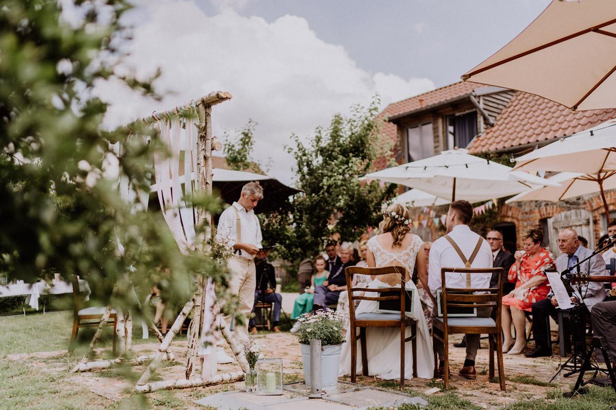 freie Trauung Landhochzeit - vintage Hochzeit in Scheune mit Garten in Brandenburg Ferienscheune Barnimer Feldmark von Hochzeitsfotograf aus Berlin #hochzeitslicht © www.hochzeitslicht.de