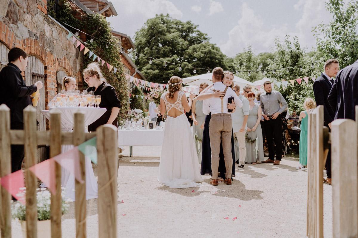 Idee Hochzeitsfotos Gratulation Gäste - vintage Hochzeit in Scheune mit Garten in Brandenburg Ferienscheune Barnimer Feldmark von Hochzeitsfotograf aus Berlin #hochzeitslicht © www.hochzeitslicht.de