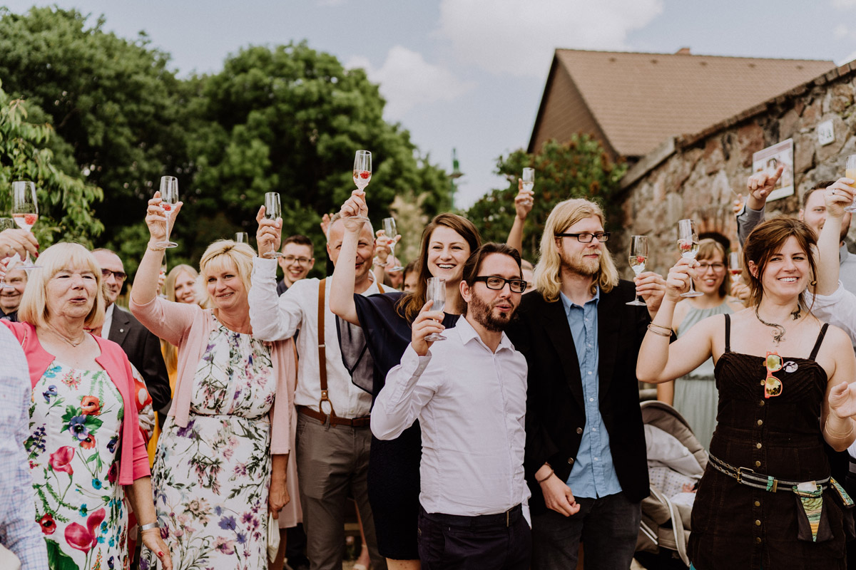 Hochzeitsfotos Sektempfang Hochzeit - vintage Hochzeit in Scheune mit Garten in Brandenburg Ferienscheune Barnimer Feldmark von Hochzeitsfotograf aus Berlin #hochzeitslicht © www.hochzeitslicht.de