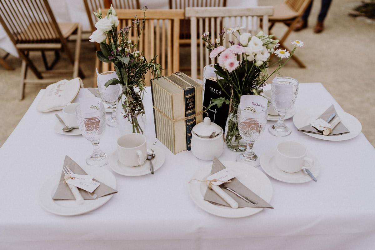 Idee Tisch Dekoration vintage Hochzeit in Scheune mit Garten in Brandenburg Ferienscheune Barnimer Feldmark von Hochzeitsfotograf aus Berlin #hochzeitslicht © www.hochzeitslicht.de