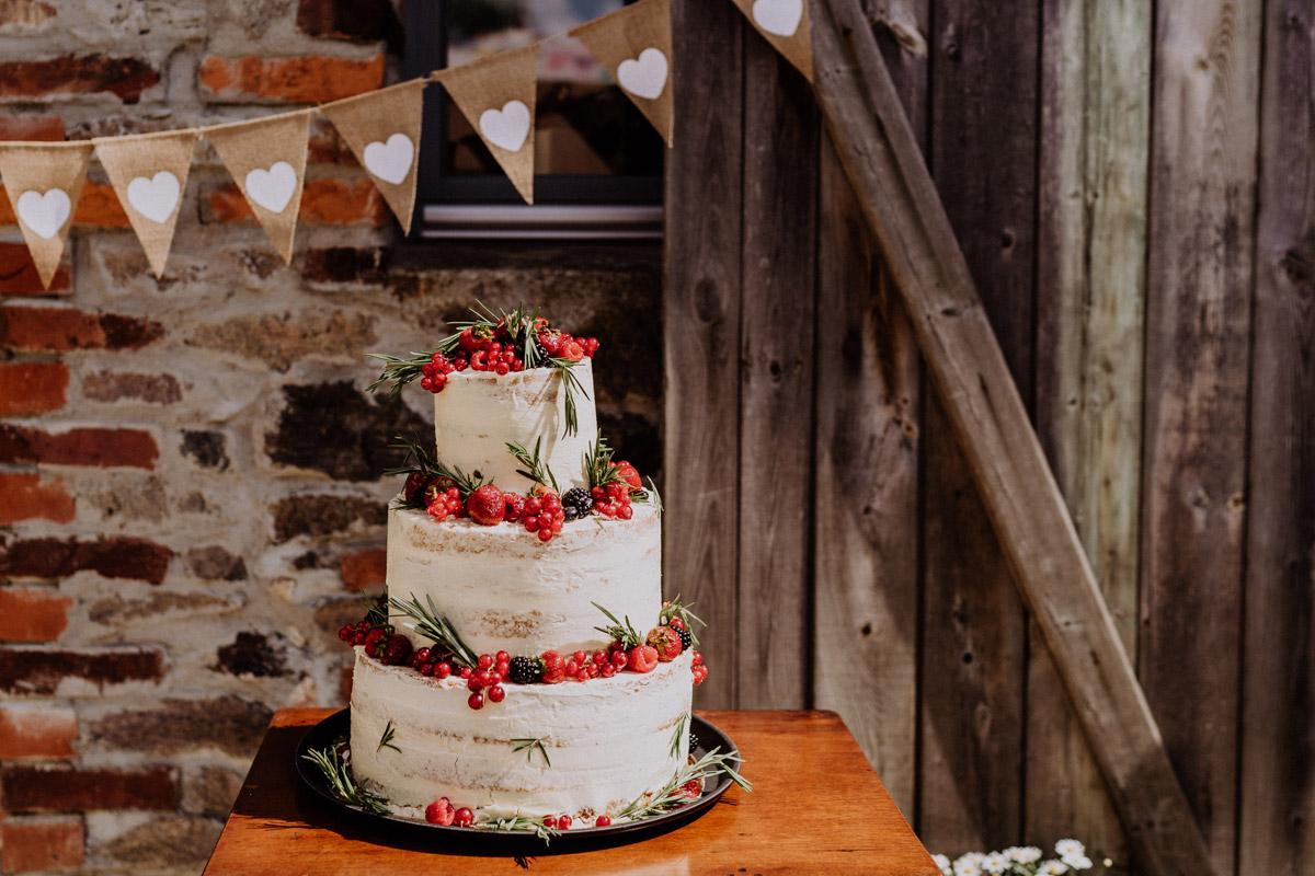 Hochzeitstorte vintage Hochzeit in Scheune mit Garten in Brandenburg Ferienscheune Barnimer Feldmark von Hochzeitsfotograf aus Berlin #hochzeitslicht © www.hochzeitslicht.de