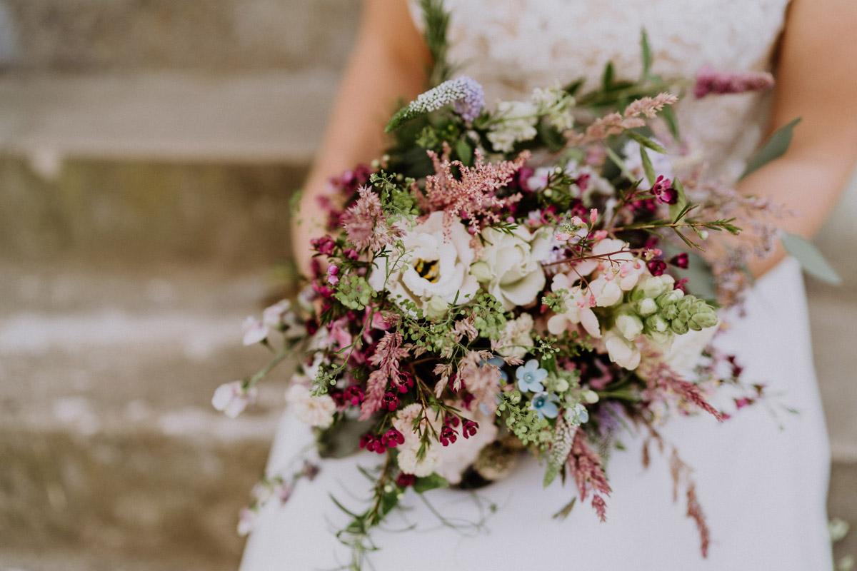 Brautstrauß vintage Hochzeit in Scheune mit Garten in Brandenburg Ferienscheune Barnimer Feldmark von Hochzeitsfotograf aus Berlin #hochzeitslicht © www.hochzeitslicht.de