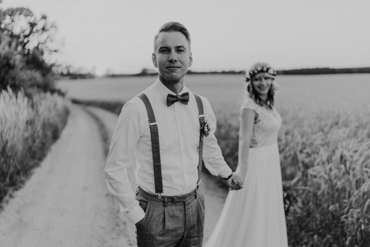 Paarfotoshooting vintage Hochzeit in Scheune mit Garten in Brandenburg Ferienscheune Barnimer Feldmark von Hochzeitsfotograf aus Berlin #hochzeitslicht © www.hochzeitslicht.de