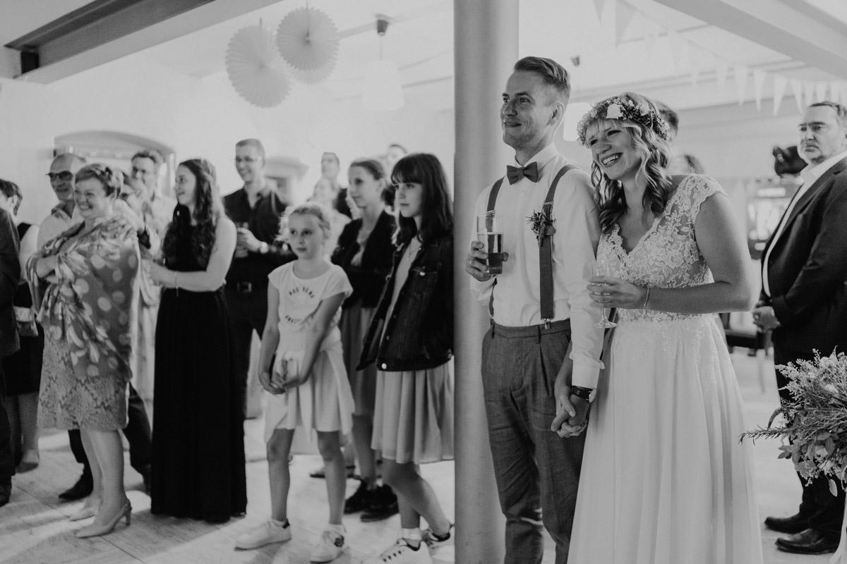 Hochzeitsfeier vintage Hochzeit in Scheune mit Garten in Brandenburg Ferienscheune Barnimer Feldmark von Hochzeitsfotograf aus Berlin #hochzeitslicht © www.hochzeitslicht.de