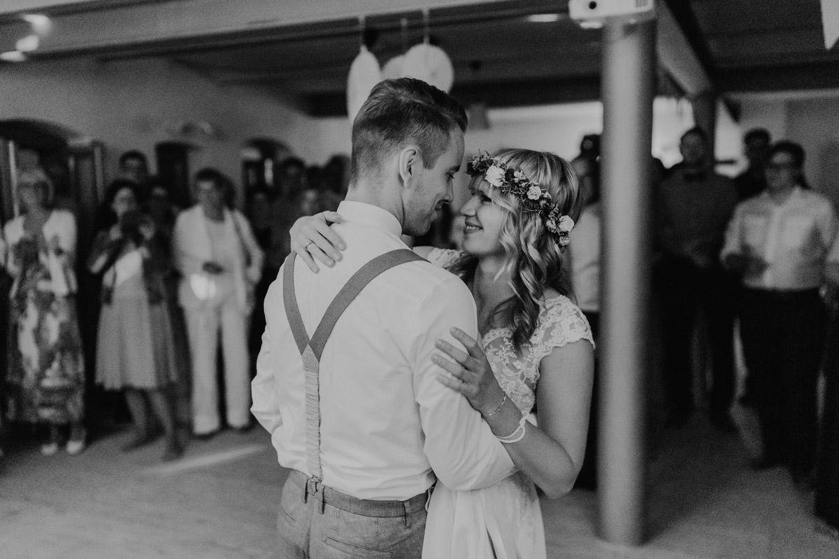Hochzeitsfoto Eröffnungstanz - vintage Hochzeit in Scheune mit Garten in Brandenburg Ferienscheune Barnimer Feldmark von Hochzeitsfotograf aus Berlin #hochzeitslicht © www.hochzeitslicht.de