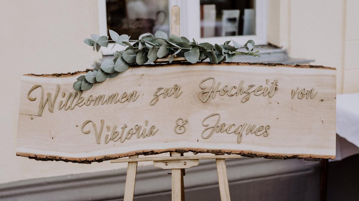 vintage Hochzeit in Scheune mit Garten im Schloss Diedersdorf von Hochzeitsfotografin aus Berlin #hochzeitslicht © www.hochzeitslicht.de Holzschild Hochzeit Land