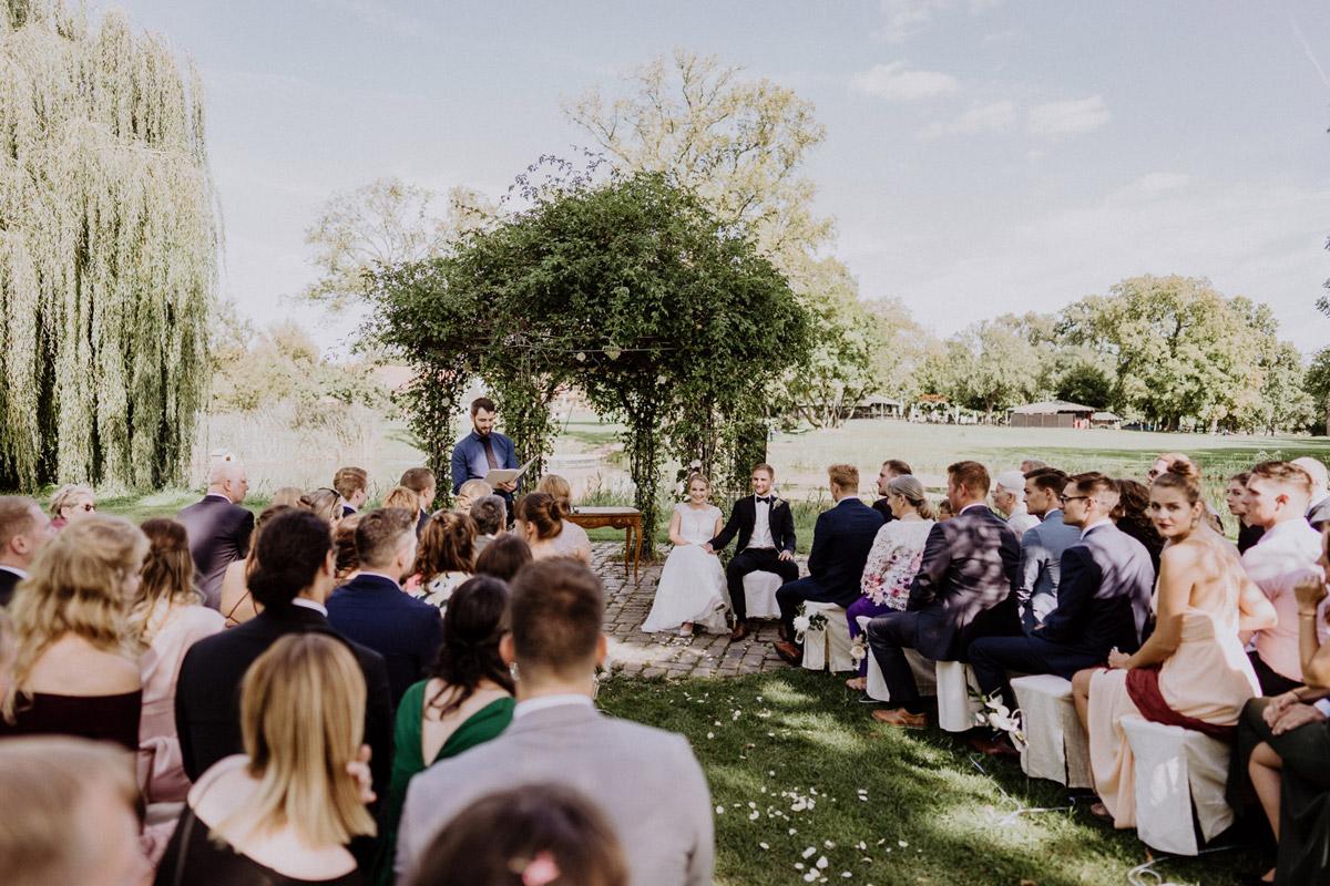 freie Trauung im Garten - vintage Hochzeit in Scheune mit Garten im Schloss Diedersdorf von Hochzeitsfotografin aus Berlin #hochzeitslicht © www.hochzeitslicht.de