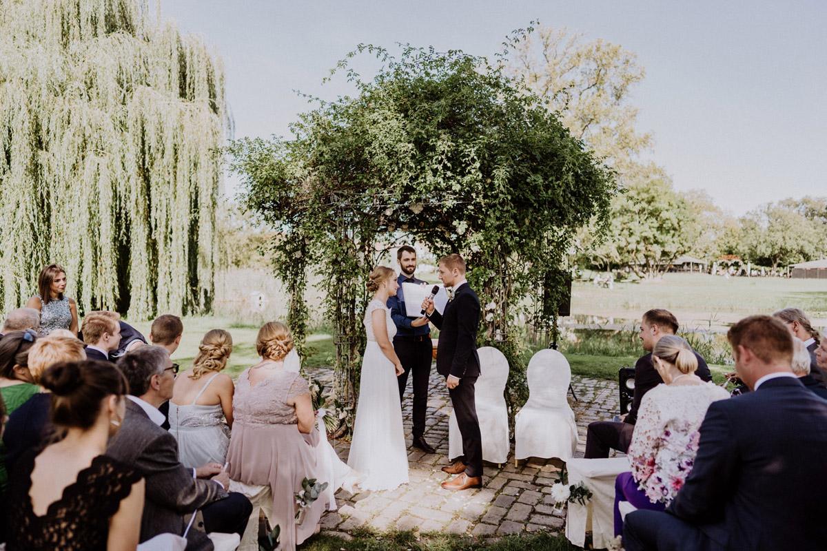 freie Trauung am Wasser - vintage Hochzeit in Scheune mit Garten im Schloss Diedersdorf von Hochzeitsfotografin aus Berlin #hochzeitslicht © www.hochzeitslicht.de