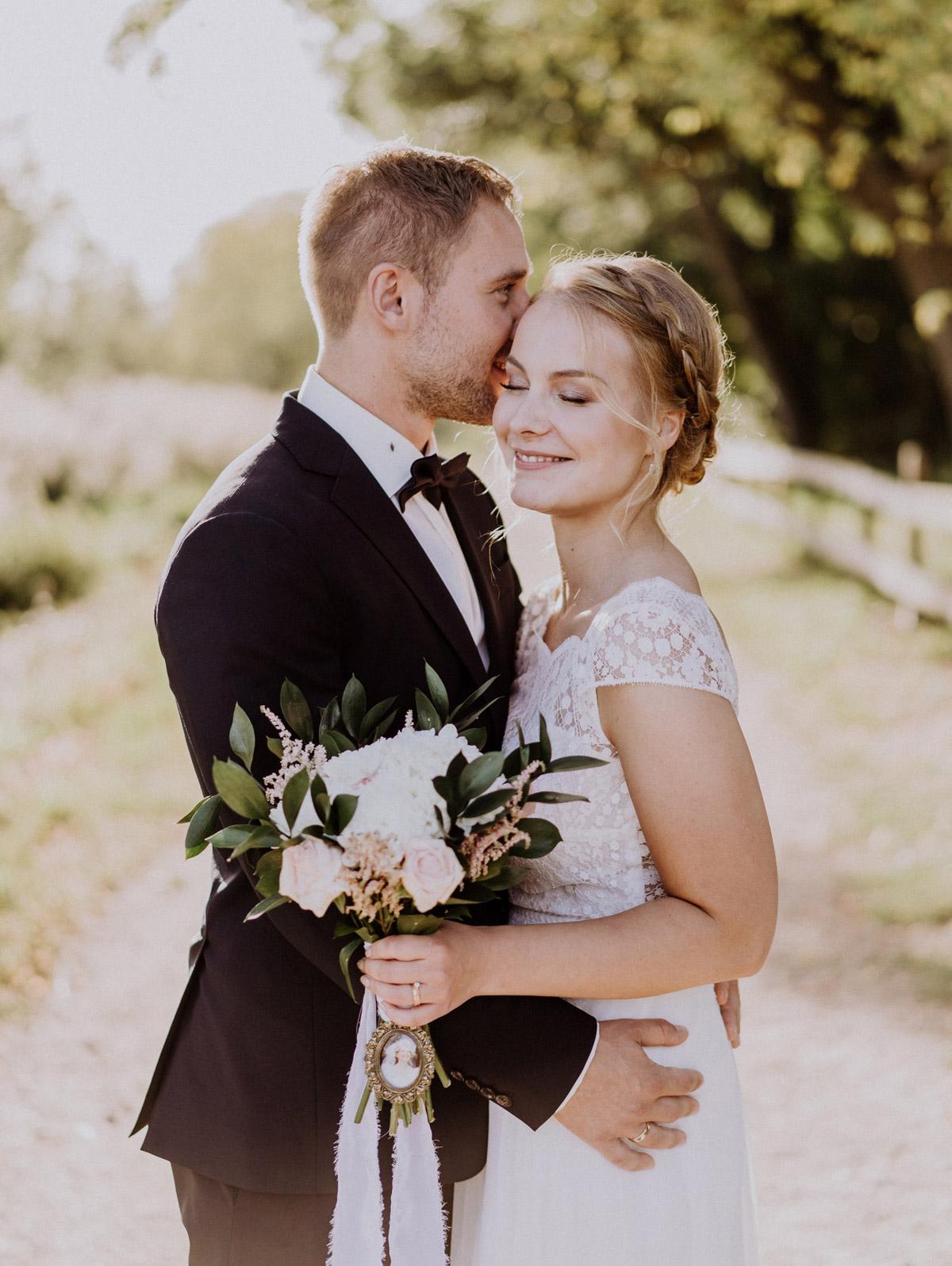 Garten Hochzeit Brautpaarfoto direkt nach freier Trauung auf Wiese; Brautstrauß weiß rosa mit Bild Mutter