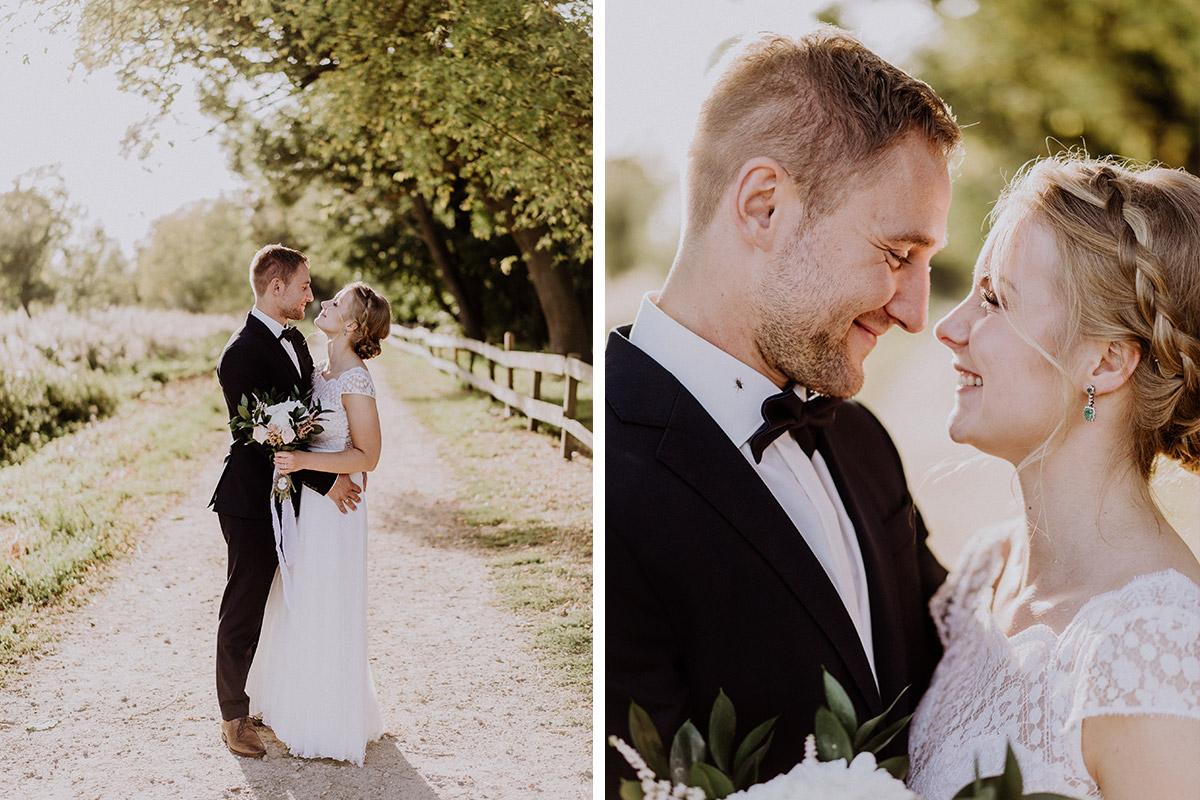 Brautpaarfotos Landhochzeit - vintage Hochzeit in Scheune mit Garten im Schloss Diedersdorf von Hochzeitsfotografin aus Berlin #hochzeitslicht © www.hochzeitslicht.de