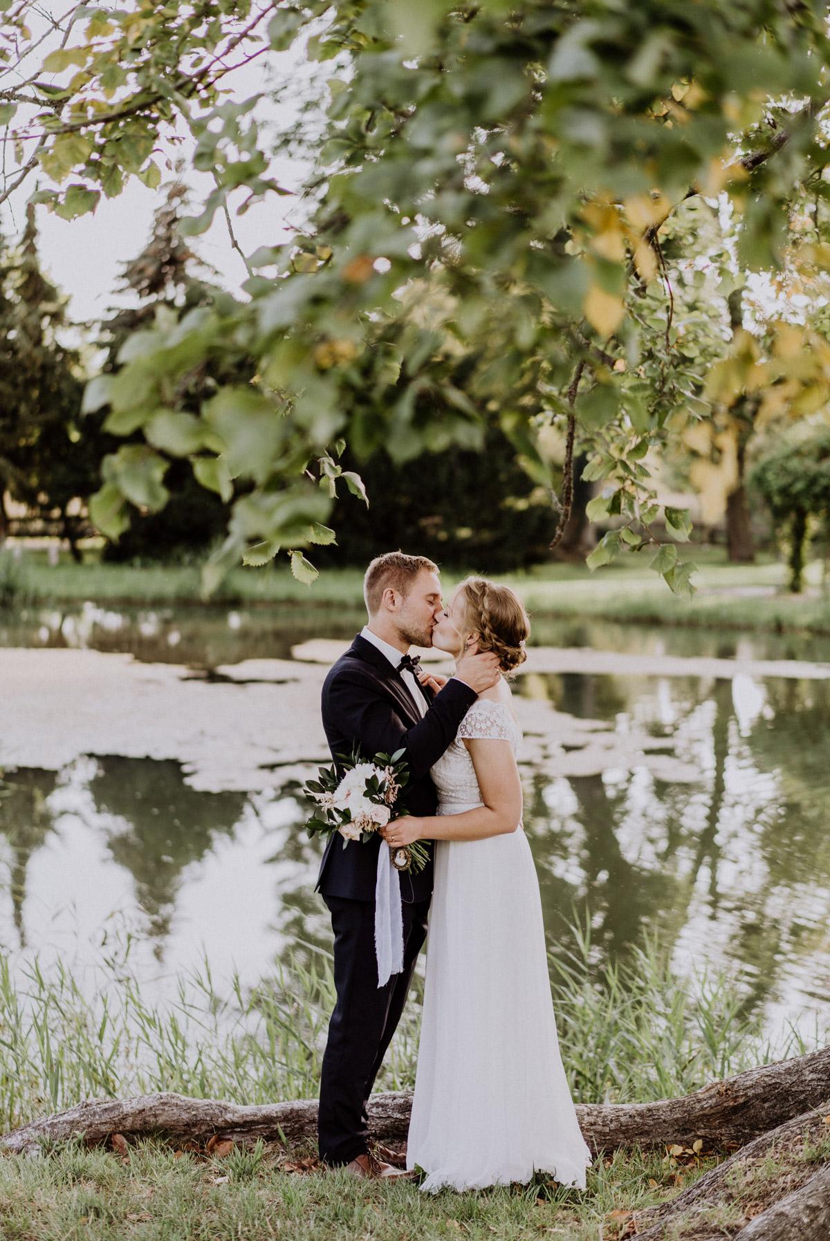 Hochzeit Paarshooting Natur vintage Brautpaar küsst sich am Teich unter Baum; Brautstrauß weiß rosa mit Bild Mutter #paarfotos #vintagehochzeit