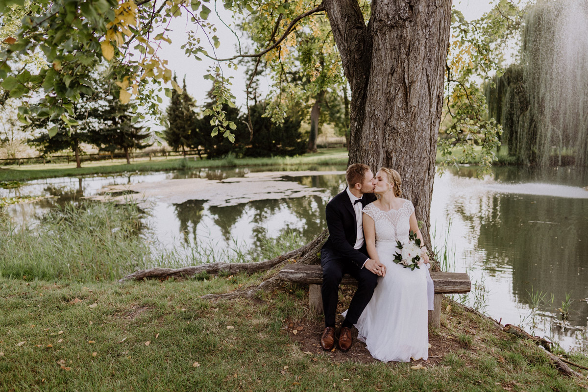 Idee Fotoshooting Hochzeit am Wasser - vintage Hochzeit in Scheune mit Garten im Schloss Diedersdorf von Hochzeitsfotografin aus Berlin #hochzeitslicht © www.hochzeitslicht.de