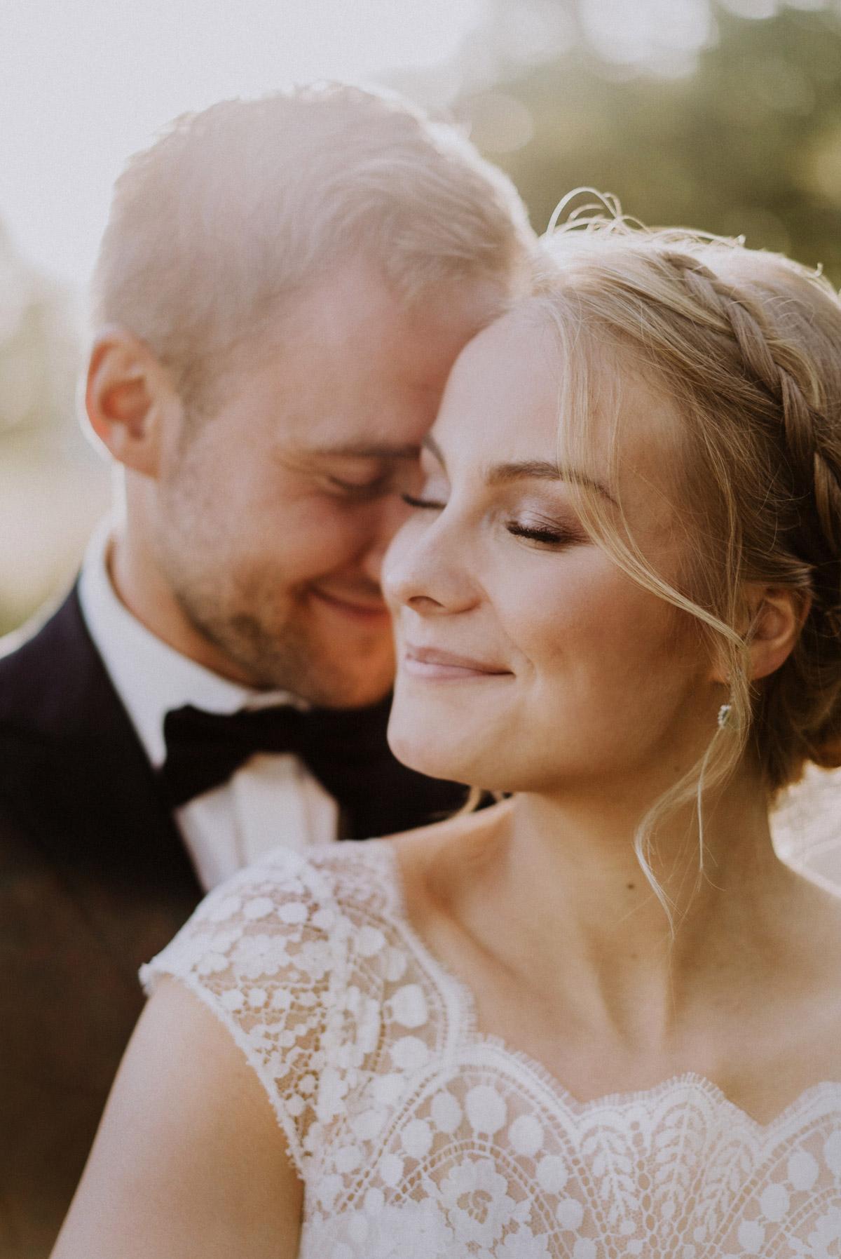 Braut Make up Hochzeit natürlich blonde Haare braune Augen helle Haut; Brautfrisur locker gesteckt mit Haarkamm und geflochtenem Haarkranz mit weißen und pinkroten Hochzeitsblumen #braut #brautmakeup #brautfrisur #hochzeitsfrisur