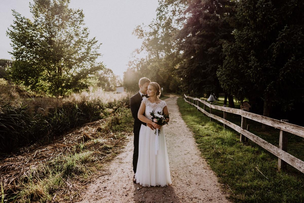 Idee Fotoshooting Sonnenuntergang - vintage Hochzeit in Scheune mit Garten im Schloss Diedersdorf von Hochzeitsfotografin aus Berlin #hochzeitslicht © www.hochzeitslicht.de