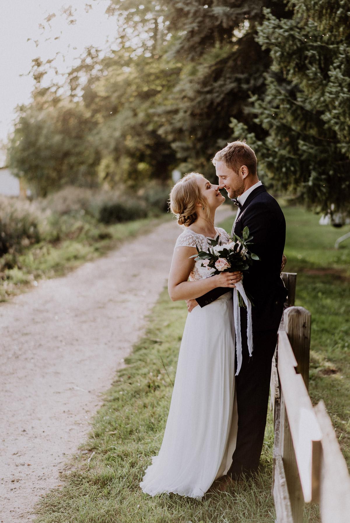 Hochzeitsbilder Ideen Paarfotos Nase an Nase am Zaun in Natur