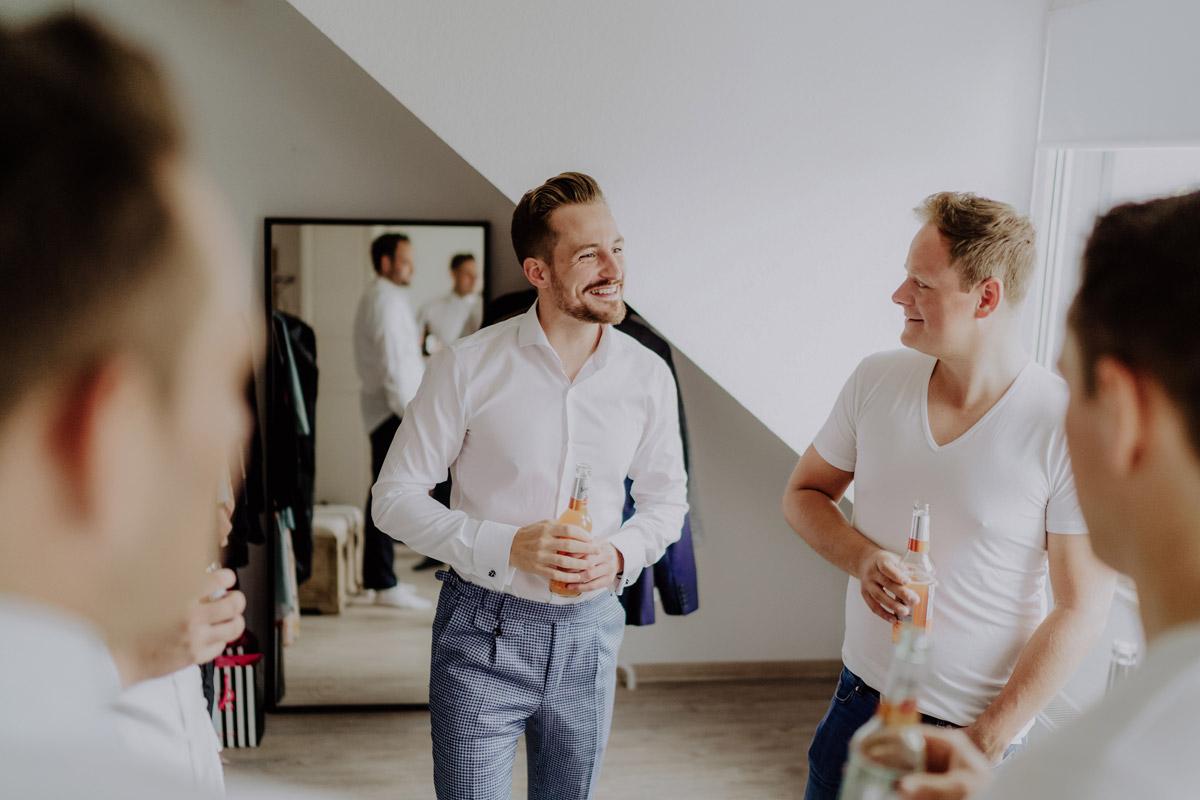 Idee Hochzeitsfoto Bräutigam Vorbereitungen Trauzeugen - Standesamt Hochzeit Foto Ideen und Tipps Regenhochzeit von Hochzeitsfotografin Berlin © www.hochzeitslicht.de #hochzeitslicht