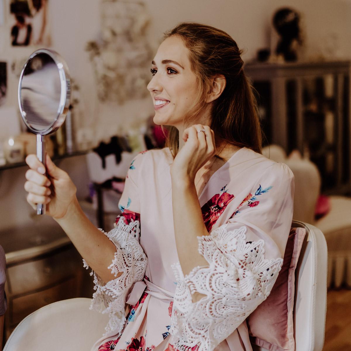 Braut Frisur Make up Getting Ready im rosa Kimono mit Trauzeuginnen - Standesamt Hochzeit Foto Ideen und Tipps Regenhochzeit von Hochzeitsfotografin Berlin © www.hochzeitslicht.de #hochzeitslicht