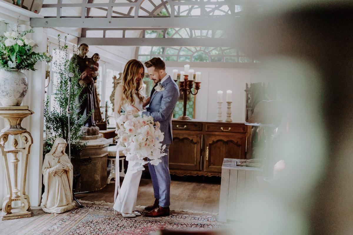 First Look Fotos Brautpaar - Standesamt Hochzeit Foto Ideen und Tipps Regenhochzeit von Hochzeitsfotografin Berlin © www.hochzeitslicht.de #hochzeitslicht