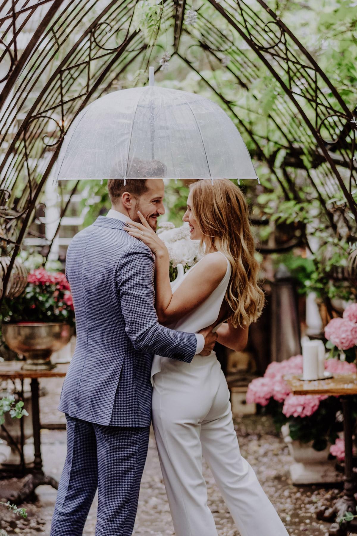 Hochzeit, Regen und Fotoshooting? Bereitet euch nicht nur mit Regenschirm auf euer Brautpaarshooting vor! Foto Ideen und Tipps zur Regenhochzeit; boho Hochzeit mit transparentem Schirm und boho Brautstrauß; Standesamt Hochzeit Hochzeitsfotografin Berlin © www.hochzeitslicht.de #hochzeitslicht #hochzeit #regenschirm #standesamt