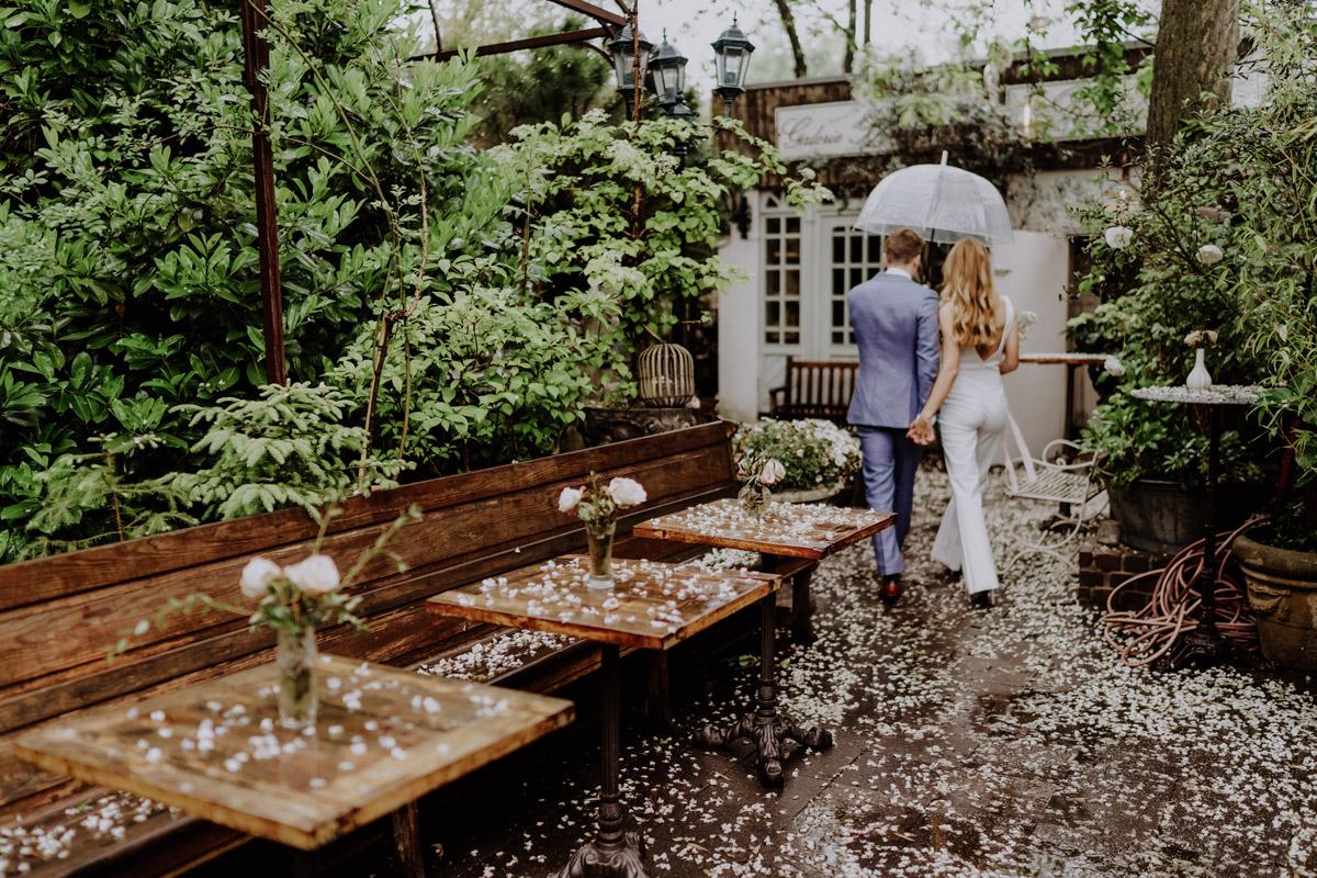 Foto Brautpaar von hinten Hand in Hand - Standesamt Hochzeit Foto Ideen und Tipps Regenhochzeit von Hochzeitsfotografin Berlin © www.hochzeitslicht.de #hochzeitslicht