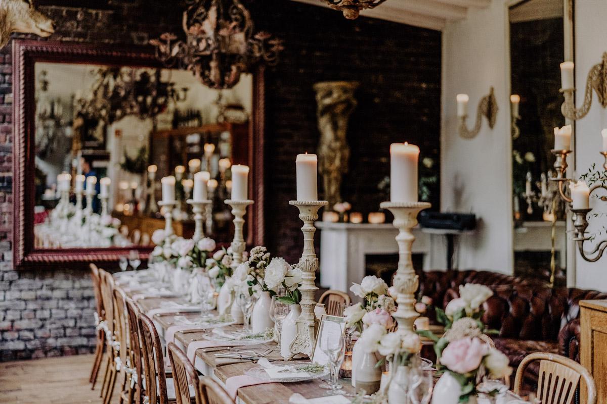 Idee Tischdeko vintage Hochzeit - Standesamt Hochzeit Foto Ideen und Tipps Regenhochzeit von Hochzeitsfotografin Berlin © www.hochzeitslicht.de #hochzeitslicht